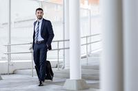 Businessman walking in subway station 11100041912| 写真素材・ストックフォト・画像・イラスト素材|アマナイメージズ