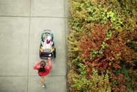 Overhead view of woman running while holding baby stroller in park 11100042397| 写真素材・ストックフォト・画像・イラスト素材|アマナイメージズ