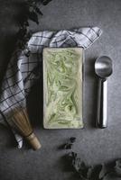 Overhead view of matcha green tea ice cream on kitchen counter 11100044082| 写真素材・ストックフォト・画像・イラスト素材|アマナイメージズ