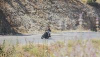 Biker riding cruiser motorcycle on road 11100045841  写真素材・ストックフォト・画像・イラスト素材 アマナイメージズ