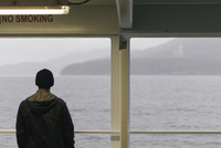 Rear view of man standing in cruise ship 11100048736  写真素材・ストックフォト・画像・イラスト素材 アマナイメージズ
