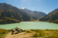 Scenic view of lake against mountain on sunny day 11100048865| 写真素材・ストックフォト・画像・イラスト素材|アマナイメージズ