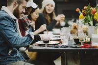 Friends enjoying meal at table in backyard 11100050694| 写真素材・ストックフォト・画像・イラスト素材|アマナイメージズ