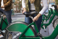 Midsection of woman adjusting bicycle seat while standing with boyfriend at parking lot 11100050980| 写真素材・ストックフォト・画像・イラスト素材|アマナイメージズ