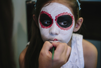 Cropped image of woman applying make-up on daughter's face at home 11100051129| 写真素材・ストックフォト・画像・イラスト素材|アマナイメージズ