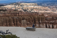 Rear view of woman sitting on bench at Bryce Canyon National Park 11100051291| 写真素材・ストックフォト・画像・イラスト素材|アマナイメージズ