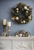 Christmas wreaths hanging on wall over mantelpiece 11100052485| 写真素材・ストックフォト・画像・イラスト素材|アマナイメージズ