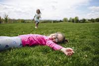 Girls enjoying on field 11100053902| 写真素材・ストックフォト・画像・イラスト素材|アマナイメージズ