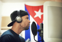 Radio jockey in recording studio 11100053989| 写真素材・ストックフォト・画像・イラスト素材|アマナイメージズ