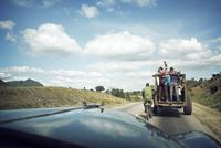 Rear view of male friends enjoying ride in vehicle 11100054005| 写真素材・ストックフォト・画像・イラスト素材|アマナイメージズ