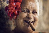 Close-up of portrait of woman with cigar in mouth 11100054051| 写真素材・ストックフォト・画像・イラスト素材|アマナイメージズ