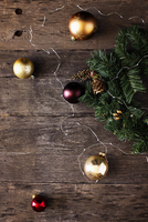 High angle view of Christmas decorations on wooden table 11100054490| 写真素材・ストックフォト・画像・イラスト素材|アマナイメージズ