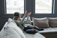 Businesswoman wearing virtual reality simulator clapping in office 11100055058  写真素材・ストックフォト・画像・イラスト素材 アマナイメージズ