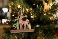 Reindeer decoration on Christmas tree at home 11100055442| 写真素材・ストックフォト・画像・イラスト素材|アマナイメージズ