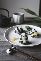 Close-up of panda shaped onigiri on plate 11100055559| 写真素材・ストックフォト・画像・イラスト素材|アマナイメージズ