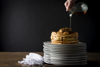 Cropped image of person pouring syrup on chicken and waffles 11100056032| 写真素材・ストックフォト・画像・イラスト素材|アマナイメージズ
