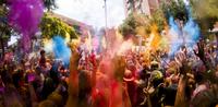 People celebrating Holi festival on city street 11100056184| 写真素材・ストックフォト・画像・イラスト素材|アマナイメージズ
