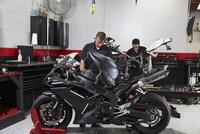 Workers making motorbikes in workshop 11100056283| 写真素材・ストックフォト・画像・イラスト素材|アマナイメージズ