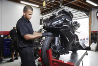 Colleagues making motorcycle in factory 11100056293| 写真素材・ストックフォト・画像・イラスト素材|アマナイメージズ