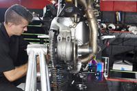 Side view of worker working on motorbike in factory 11100056294| 写真素材・ストックフォト・画像・イラスト素材|アマナイメージズ