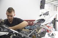 Worker making motorcycle in industry 11100056297| 写真素材・ストックフォト・画像・イラスト素材|アマナイメージズ