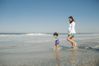 Side view of mother and son enjoying in sea against clear blue sky 11100056395| 写真素材・ストックフォト・画像・イラスト素材|アマナイメージズ