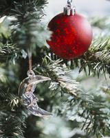 Close-up of Christmas ornament and decoration hanging on pine tree 11100056567| 写真素材・ストックフォト・画像・イラスト素材|アマナイメージズ