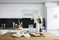 Food and drinks with flower vase arranged on table in kitchen 11100057421| 写真素材・ストックフォト・画像・イラスト素材|アマナイメージズ