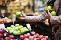 Cropped image of woman buying fruits at store 11100057821| 写真素材・ストックフォト・画像・イラスト素材|アマナイメージズ
