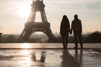 Silhouette couple looking at Eiffel Tower against sky during sunrise 11100057954| 写真素材・ストックフォト・画像・イラスト素材|アマナイメージズ