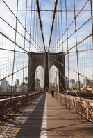 Brooklyn Bridge against sky in New York city during sunny day 11100057978| 写真素材・ストックフォト・画像・イラスト素材|アマナイメージズ