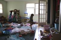 Girl dancing in messy room at home 11100058234| 写真素材・ストックフォト・画像・イラスト素材|アマナイメージズ