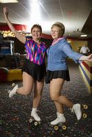 Portrait of happy friends wearing roller skates gesturing in rink 11100059550| 写真素材・ストックフォト・画像・イラスト素材|アマナイメージズ