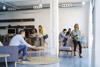 Business people working in office 11100059695| 写真素材・ストックフォト・画像・イラスト素材|アマナイメージズ