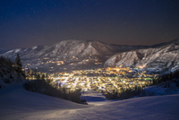 Illuminated cityscape by mountains seen from ski slope at night 11100059806| 写真素材・ストックフォト・画像・イラスト素材|アマナイメージズ