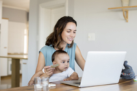 Woman with baby boy online shopping while using laptop computer at home 11100060173| 写真素材・ストックフォト・画像・イラスト素材|アマナイメージズ