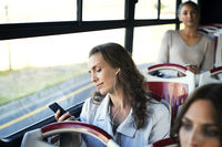 Female passengers traveling in tour bus 11100060396| 写真素材・ストックフォト・画像・イラスト素材|アマナイメージズ