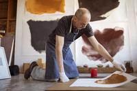 Senior artist making paintings in workshop 11100060553| 写真素材・ストックフォト・画像・イラスト素材|アマナイメージズ