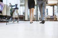 Low section of business people walking in office corridor 11100060832| 写真素材・ストックフォト・画像・イラスト素材|アマナイメージズ