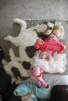 High angle view of sisters with dog lying on bed 11100061340| 写真素材・ストックフォト・画像・イラスト素材|アマナイメージズ