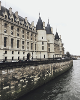 Conciergerie by Seine river against sky 11100061428| 写真素材・ストックフォト・画像・イラスト素材|アマナイメージズ