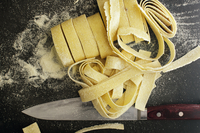 Overhead view of pasta dough with knife on table 11100061526| 写真素材・ストックフォト・画像・イラスト素材|アマナイメージズ