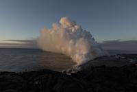 Smoke emitting from volcano at beach against sky during sunset 11100061729| 写真素材・ストックフォト・画像・イラスト素材|アマナイメージズ