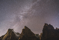 Low angle view of mountains against star field at Zion National Park 11100062057| 写真素材・ストックフォト・画像・イラスト素材|アマナイメージズ