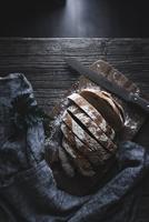 Overhead view of bread slices on cutting board 11100062093| 写真素材・ストックフォト・画像・イラスト素材|アマナイメージズ