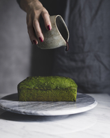 Midsection of woman pouring chocolate sauce on matcha pound cake at table 11100062111| 写真素材・ストックフォト・画像・イラスト素材|アマナイメージズ