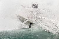Man surfboarding on wave in sea 11100062372| 写真素材・ストックフォト・画像・イラスト素材|アマナイメージズ