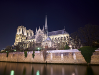 Low angle view of Notre Dame de Paris by Seine river against clear sky at night 11100062386| 写真素材・ストックフォト・画像・イラスト素材|アマナイメージズ