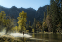 Female hiker standing by river against mountains at Yosemite National Park 11100062469| 写真素材・ストックフォト・画像・イラスト素材|アマナイメージズ