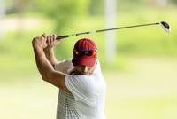 Close-up of man playing golf 11100062651| 写真素材・ストックフォト・画像・イラスト素材|アマナイメージズ